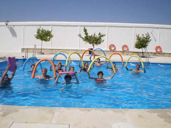 Sesiones de gimnasia acuática en la piscina pública