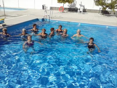 Actividad física en la piscina municipal